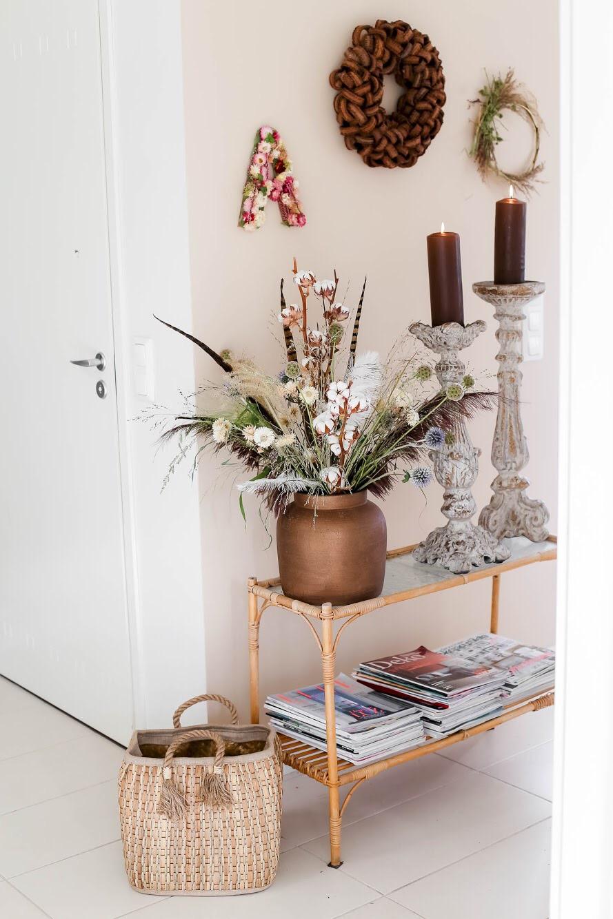 Kukkakirjain on tehty pahville liimaamalla olkikukkia ja callunaa. Pohjan saa helposti leikattua muotoonsa, kun tulostaa ensin paperille sopivan kokoisen kirjaimen ja käyttää sitä sabuunana pahville.