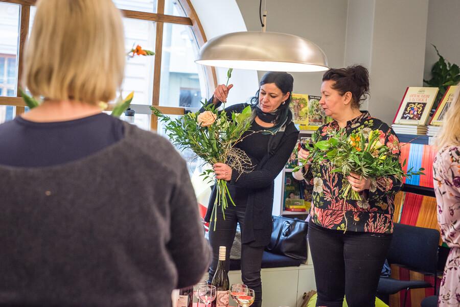 Saija Sitolahti pitää kukkasidontakurssia Otavan kirjakaupassa Helsingissä. Kurssille osallistuvat tekevät itse keväisiä kimppuja saijan opastuksella.