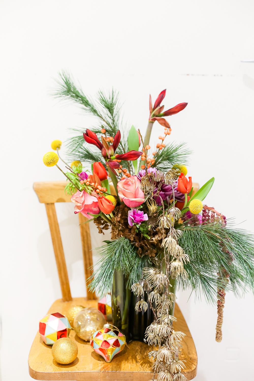Joulukimppu voi olla myös värikäs, tämä kimppu on sidottu aalto-maljakkoon. Siinä on miniamaryllista, ruusua, tulppaania, anemonea ja havua.