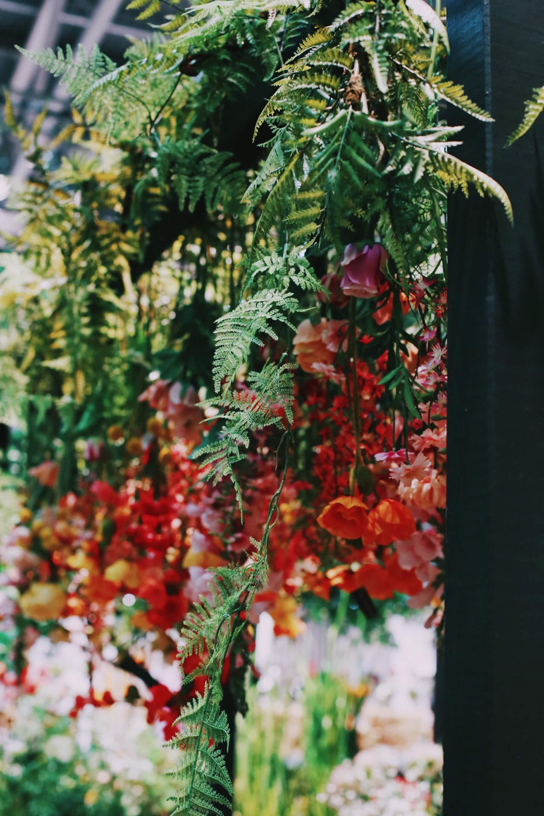 Kukkien runsaus! Kukkia vihreitä paljon ja vielä enemmän, roikkumassa ja maljakossa. Kukkarunsaus on yksi 2019 suosituiimmista trendeistä.