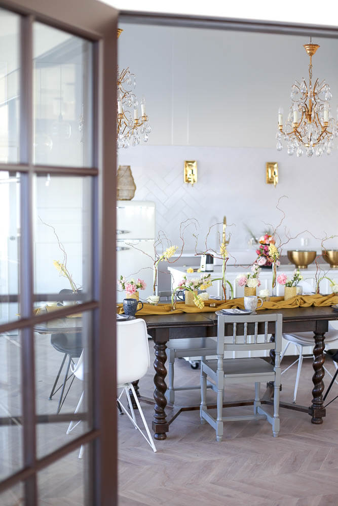 Kukkakoulun neuvottelu- ja tarjoilutilassa on iso upea vanha pöytä jonka ympärille mahtuu 10 henkilöä.