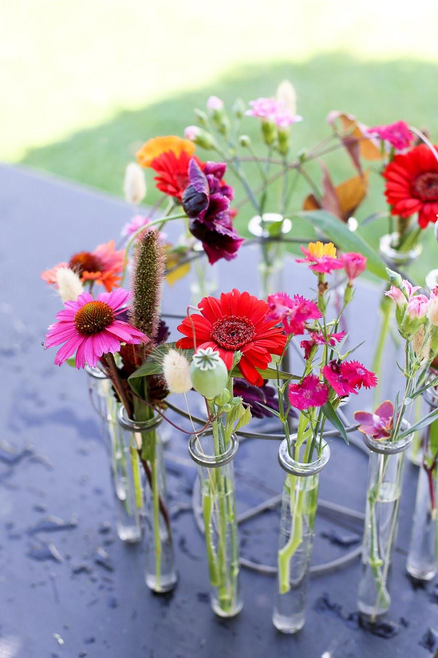 Kukka-asetelma juhliin kukkia lahjaksi juhlakukat rapujuhlat koristelu
