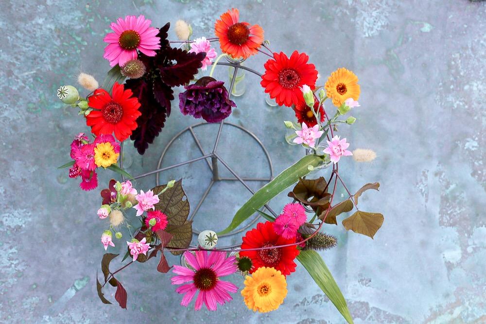 Kukka-asetelma juhliin kukkia lahjaksi juhlakukat rapujuhlat kesäjuhlat hääkoristelu