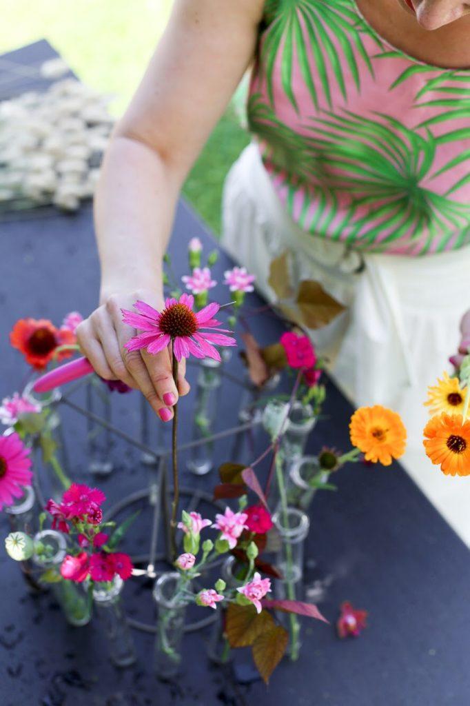 Kukka-asetelma juhliin kukkia lahjaksi