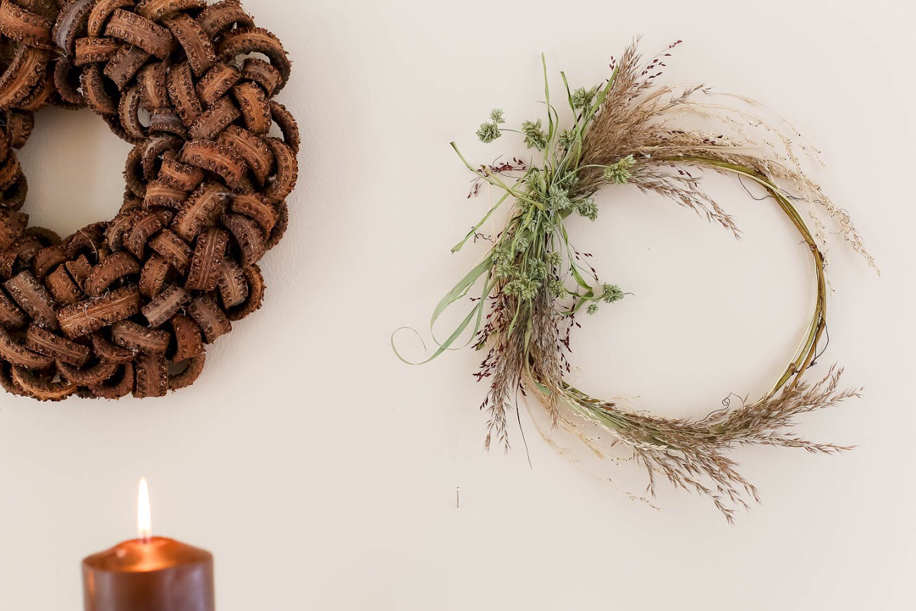 Trendikäs kuivikukkakranssi syntyy hetkessä, kun pohjalle ottaa alumiinilankakiepin ja vaikkapa villiviinin köynnöksen. Siihen sidotaan lennokkaita heiniä ja kranssi on valmis! Mitä isomman haluat tehdä sen paksumman pohjan tarvitset.