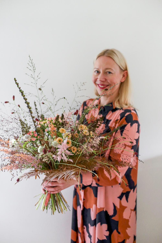 Hyggekimppu on kukkakimppu joka sopii täydellisesti kotoiluun eli hyggeilyyn. tämä kukka-asetelma koristaa kotia ja voit tilata se nyt myös verkkokaupastamme Kukat kotiin kuljetettuna Järvenpään KUkkatalosta