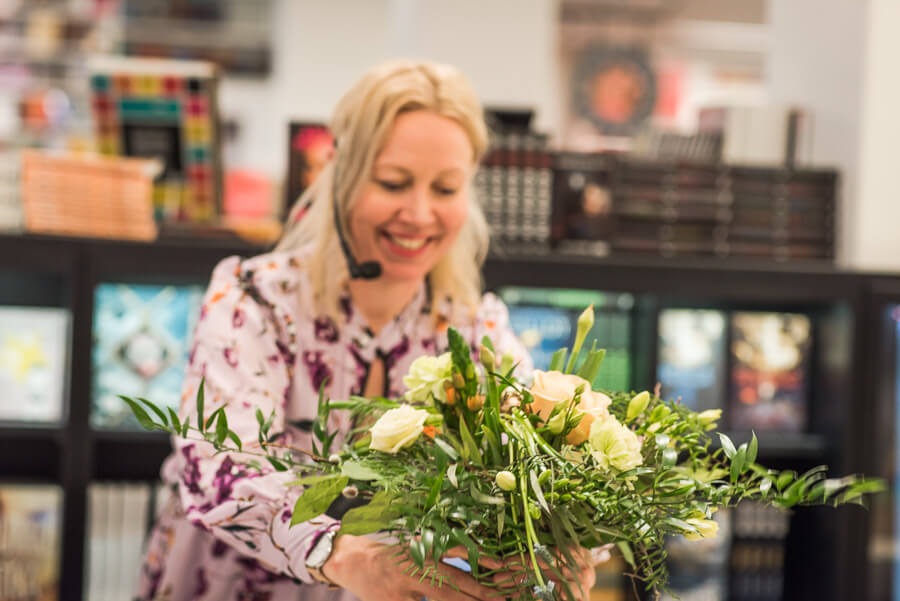 Saija Sitolahti pitää kukkasidontakurssia Otavan kirjakaupassa Helsingissä.