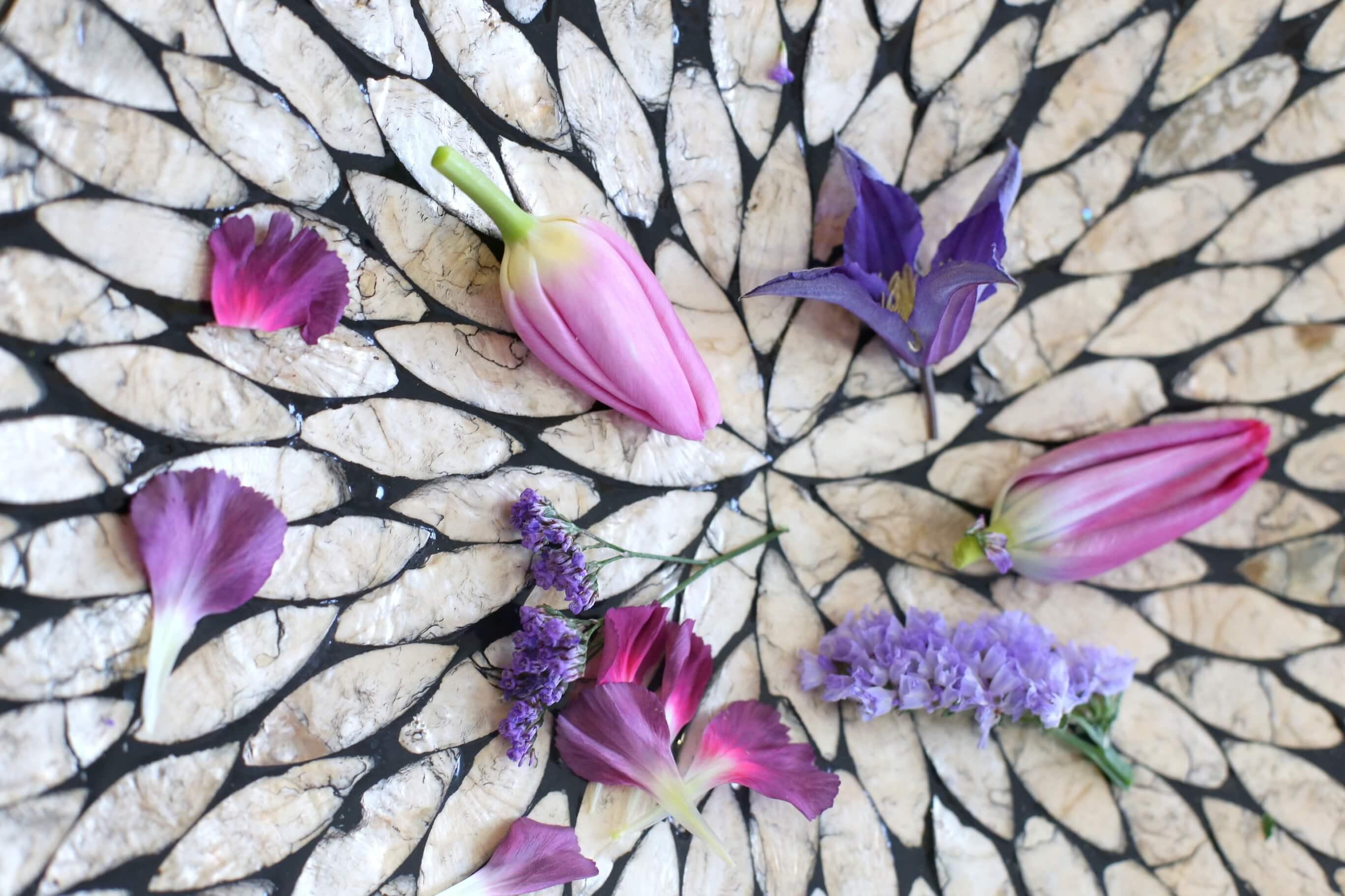 Lilat ja pinkit tulppaanit ovat kotimaisia. Niistä on sidottu tiivis kimppu, jossa on lisäksi ikiviuhkoa ja kärhöä. Kimppu kestää kivasti ja tulppaanit vain kasvavat nätisti ulos kimpusta.