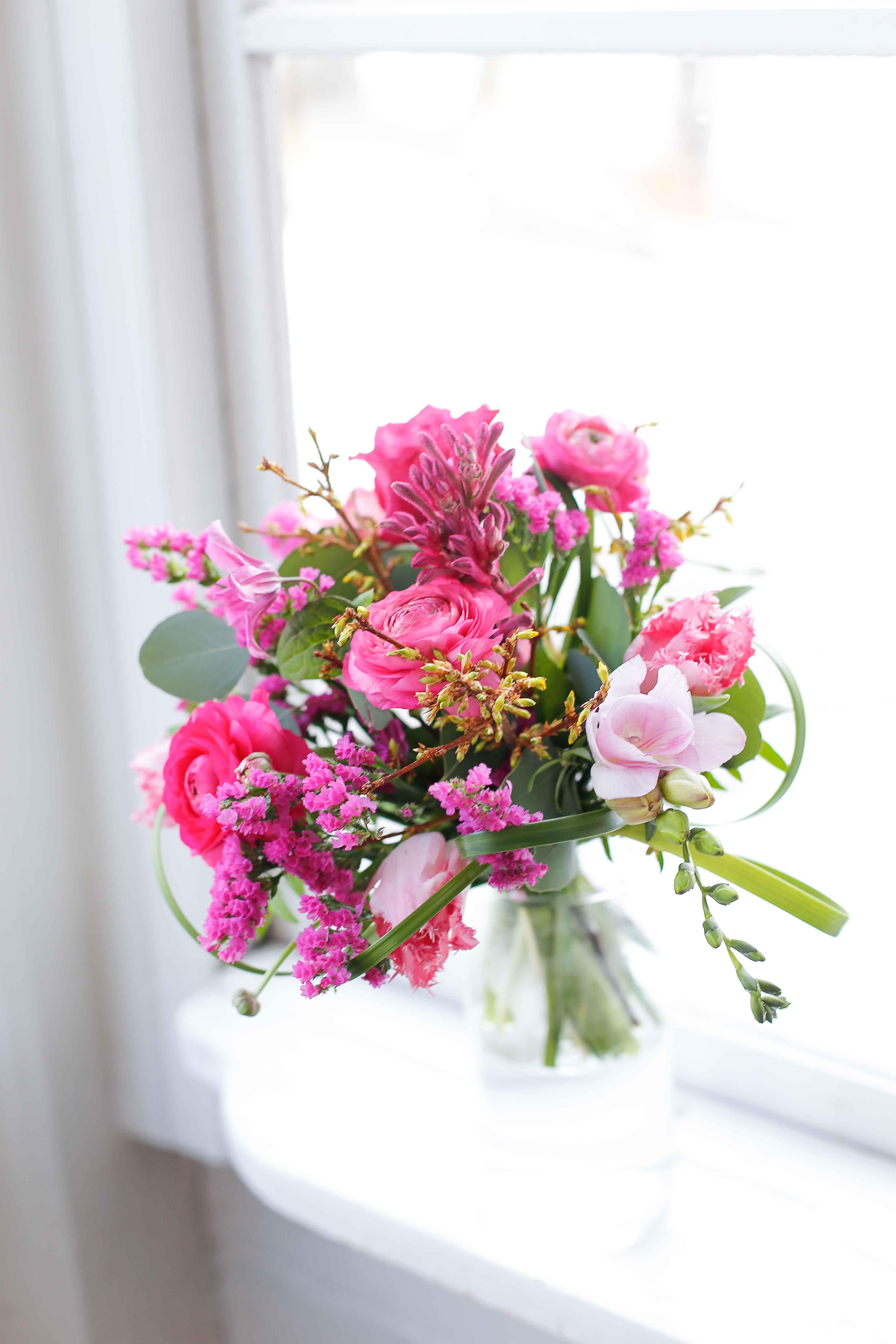 Ystävänpäiväkimppu on sidottu leinikeistä ja freesioista. Seon pinkki väriltään.