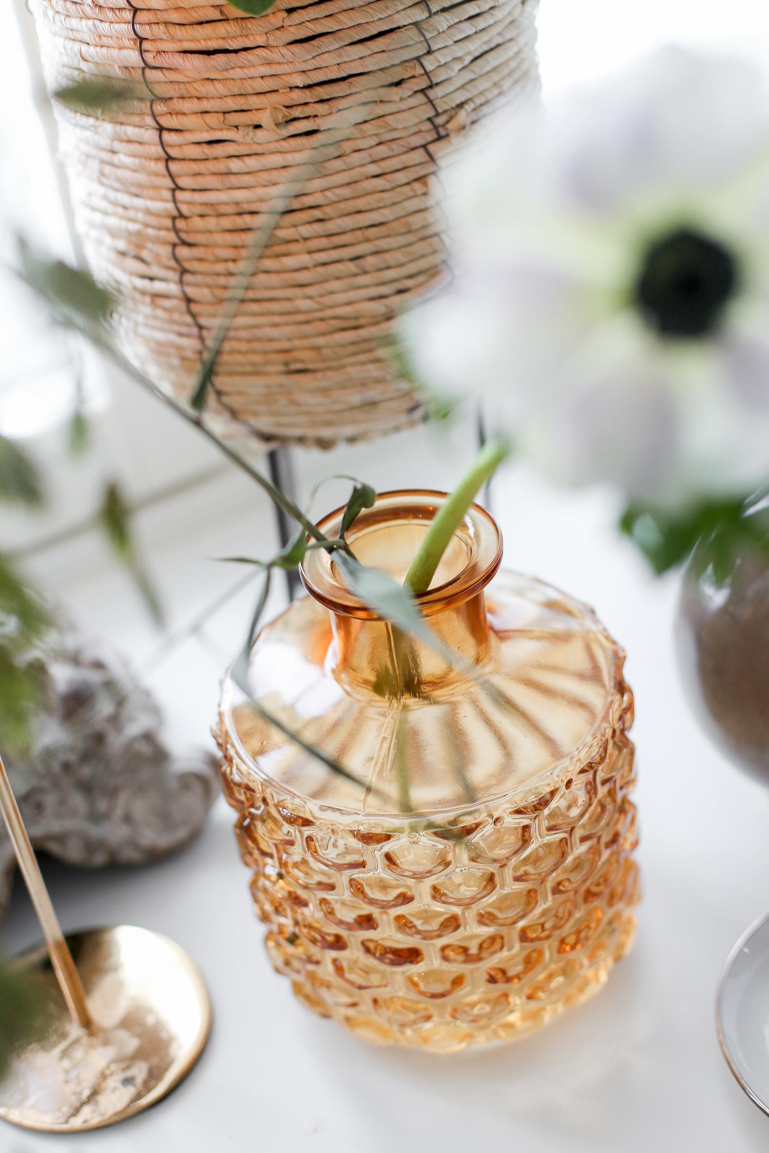 Ruskea lasinen maljakkon Bloomingvillen mallistosta. Maljakossa on valkoinen anemone.