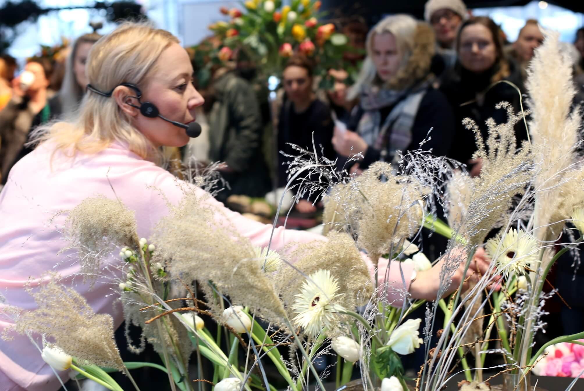Saija Sitolahti piti Oodissa kukkasidontanäytöksen.