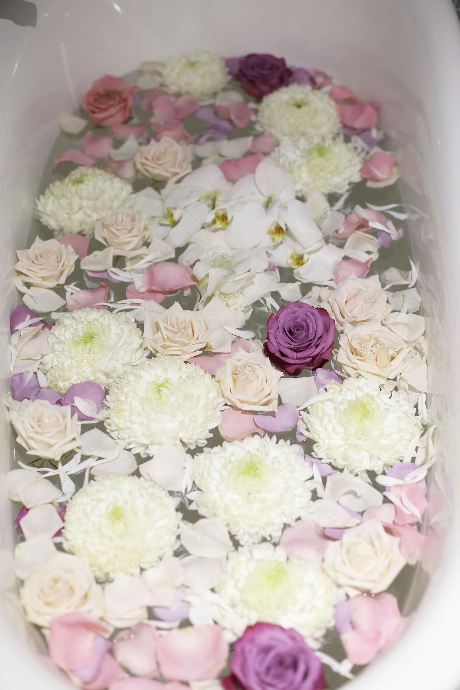Kukkakylpy voisi olla kiva ystävänpäiväyllätys. Ammeessa on kellumassa leikkokukiia, ruusuja ja neilikoita.