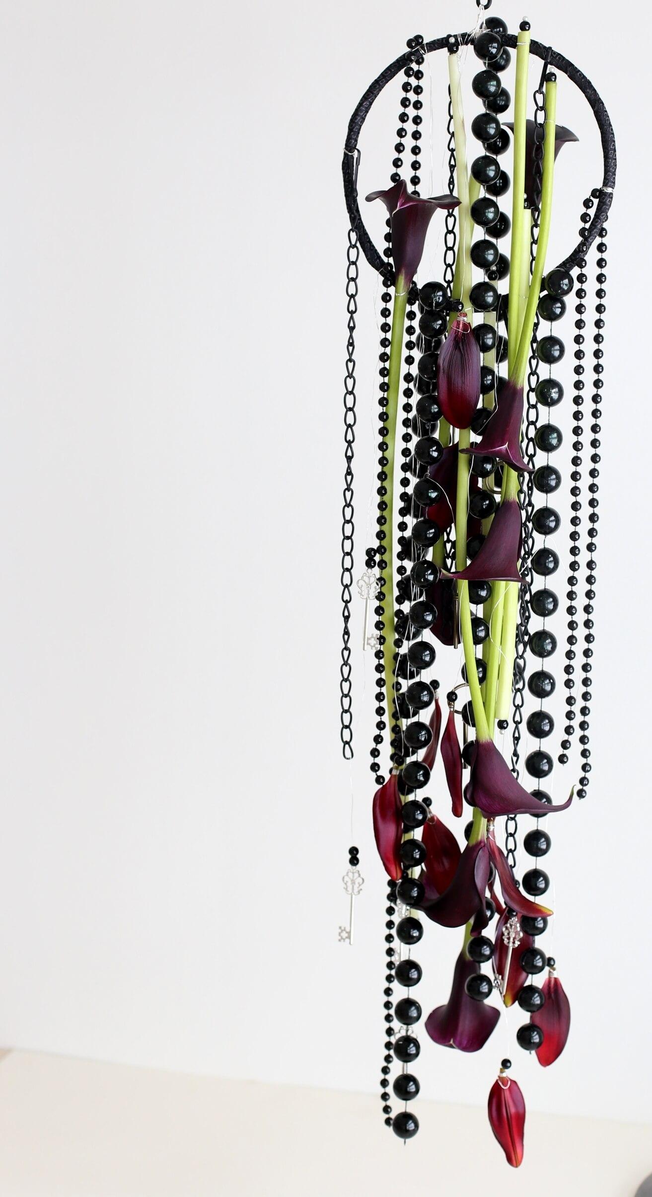 Morsiukimpussa oli käytetty tummaa kallaa ja liljaa, ketjuja sekä helmiä, metallirengasta ja koristeellisia avaimia.