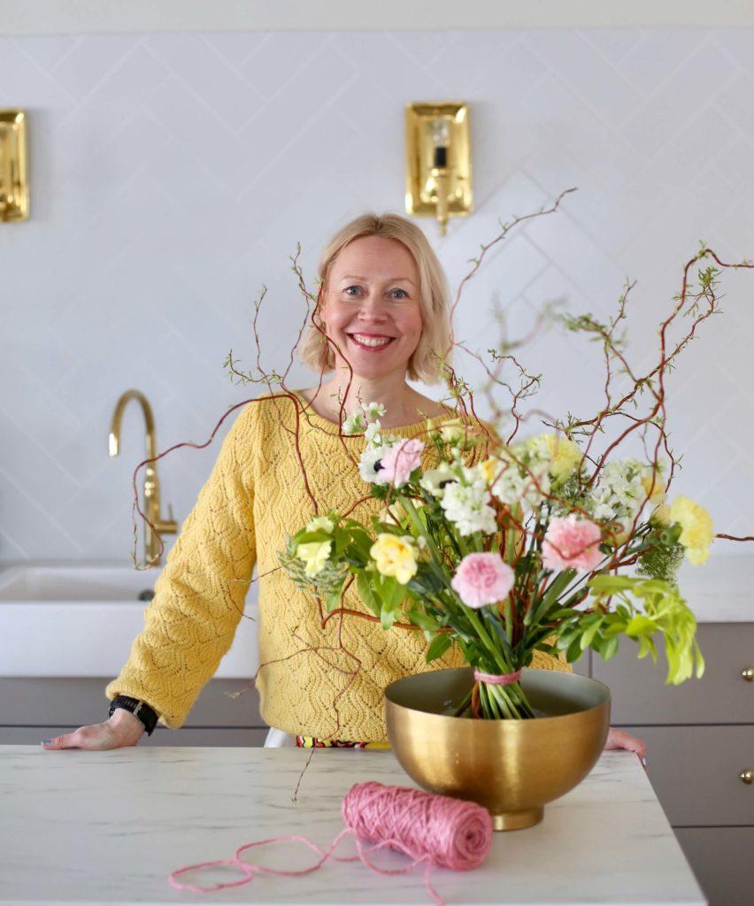 Saija Sitolahti kukkasidontakurssitilassamme eli kukkakoulussa kukkakimpun vieressä