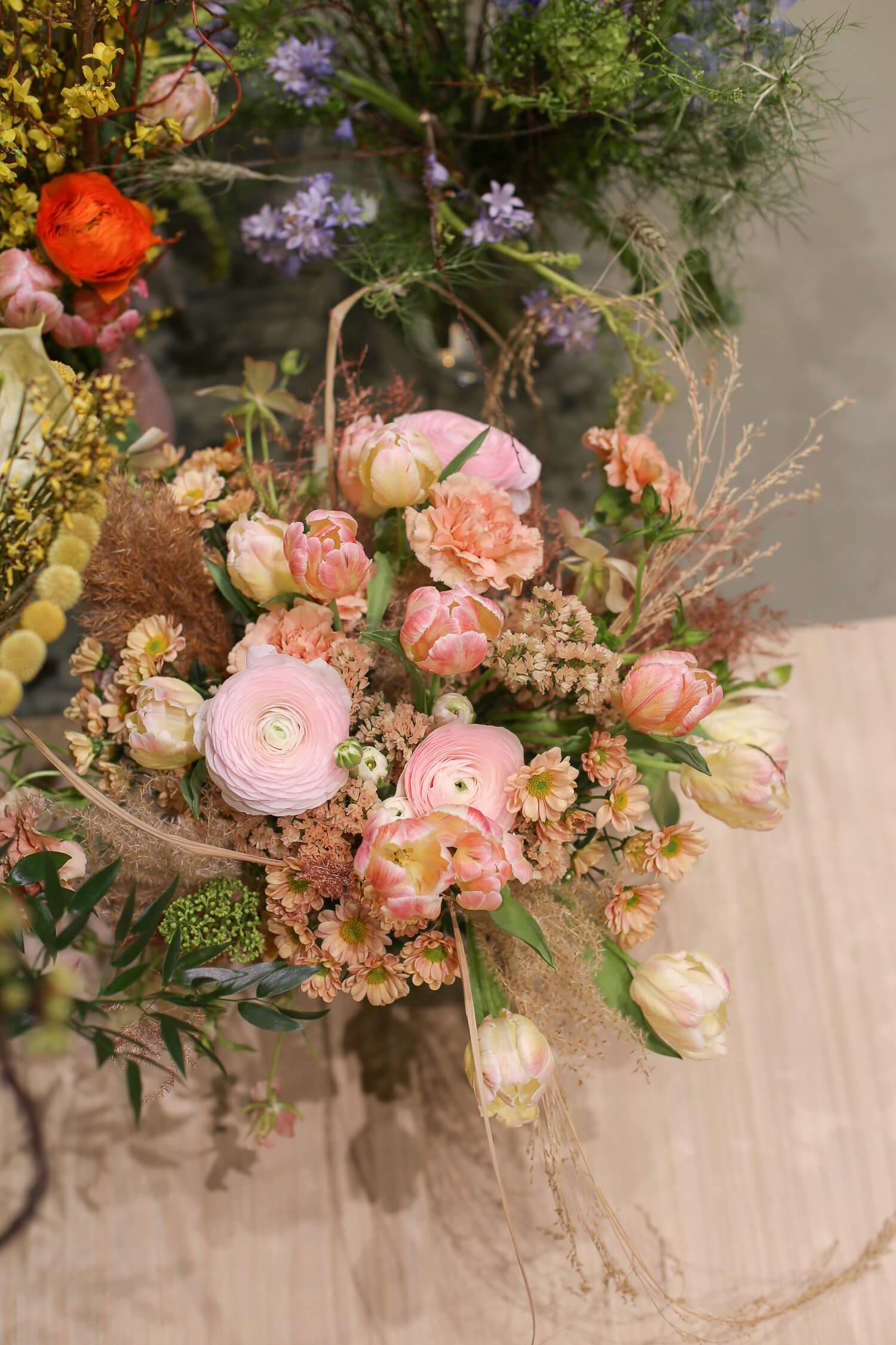 Blush on kukkakimppujen trendiväri, jota näkyy hääsidonnassa sekä erityisesti näin kevään ja kesän kukka-asetelmissa.