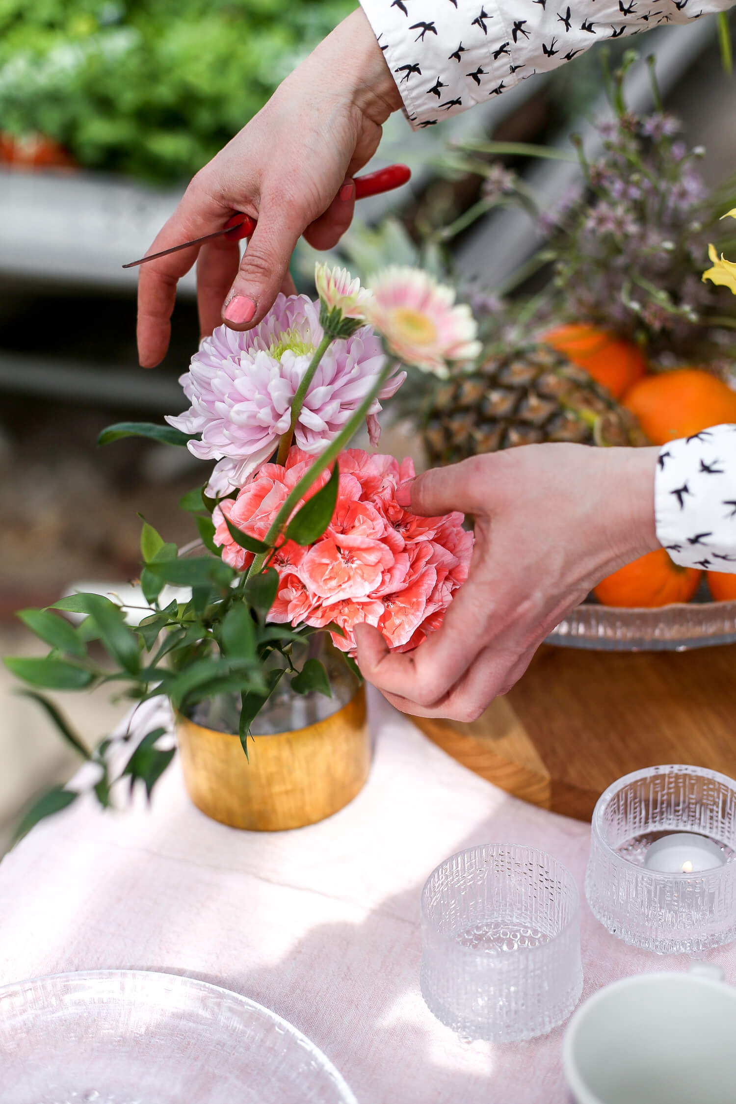 Kukat on aseteltu vapaaseen veteen maljakoihin tässä asetelmassa. Kukkiin vedetään uusi viisto imupinta, kun se laitetaan veteen, jotta se kestää hyvin ja imee vettä.