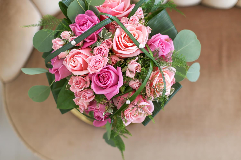 Ruusu; kukista ihmeellisin. Tähän kimppuun on hienosti yhdostetty oksaruusua ekä isoa ja pienikukkaisia lajikkeita.