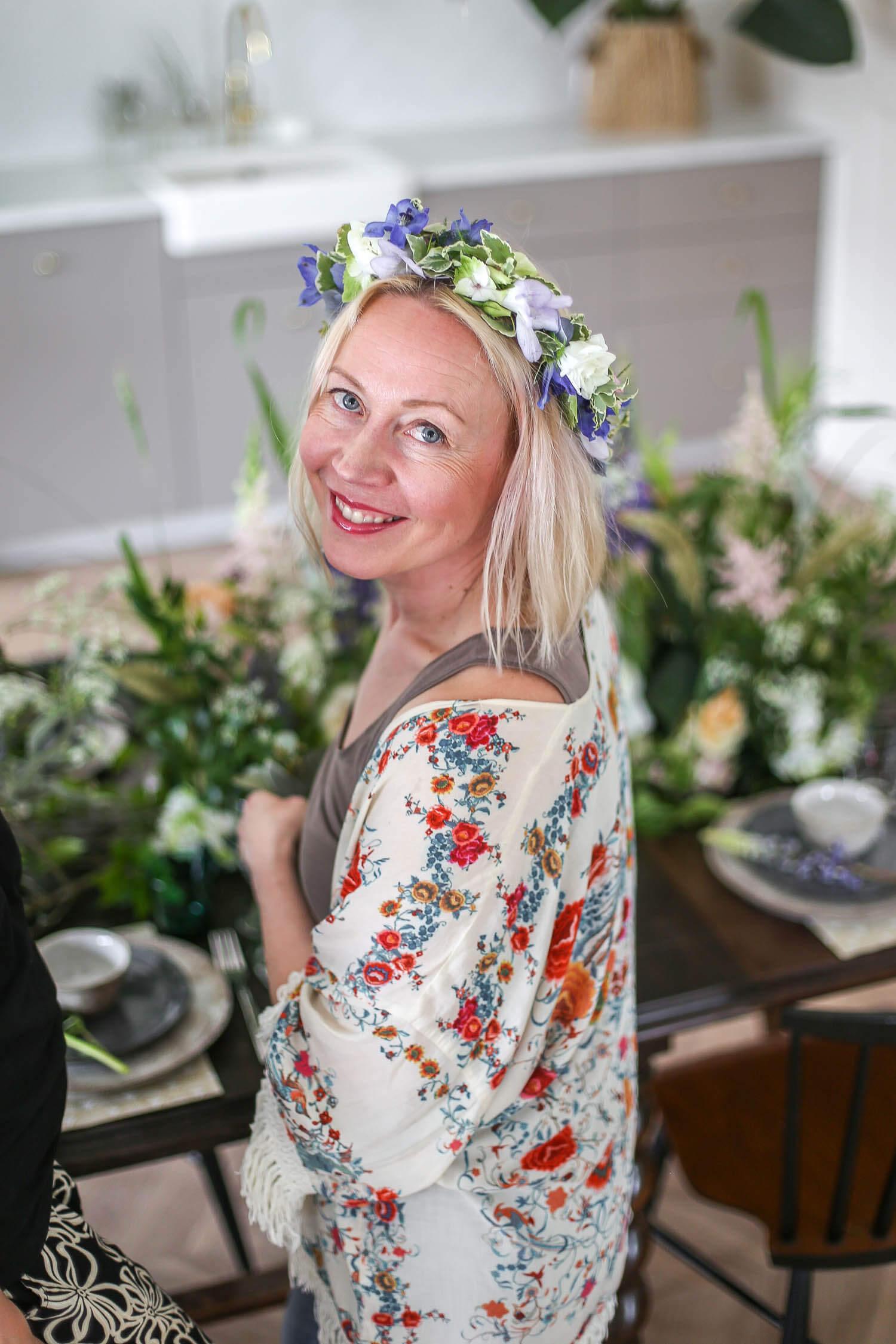 Saija Sitolahti päässään sinivalkoinen kukkaseppele