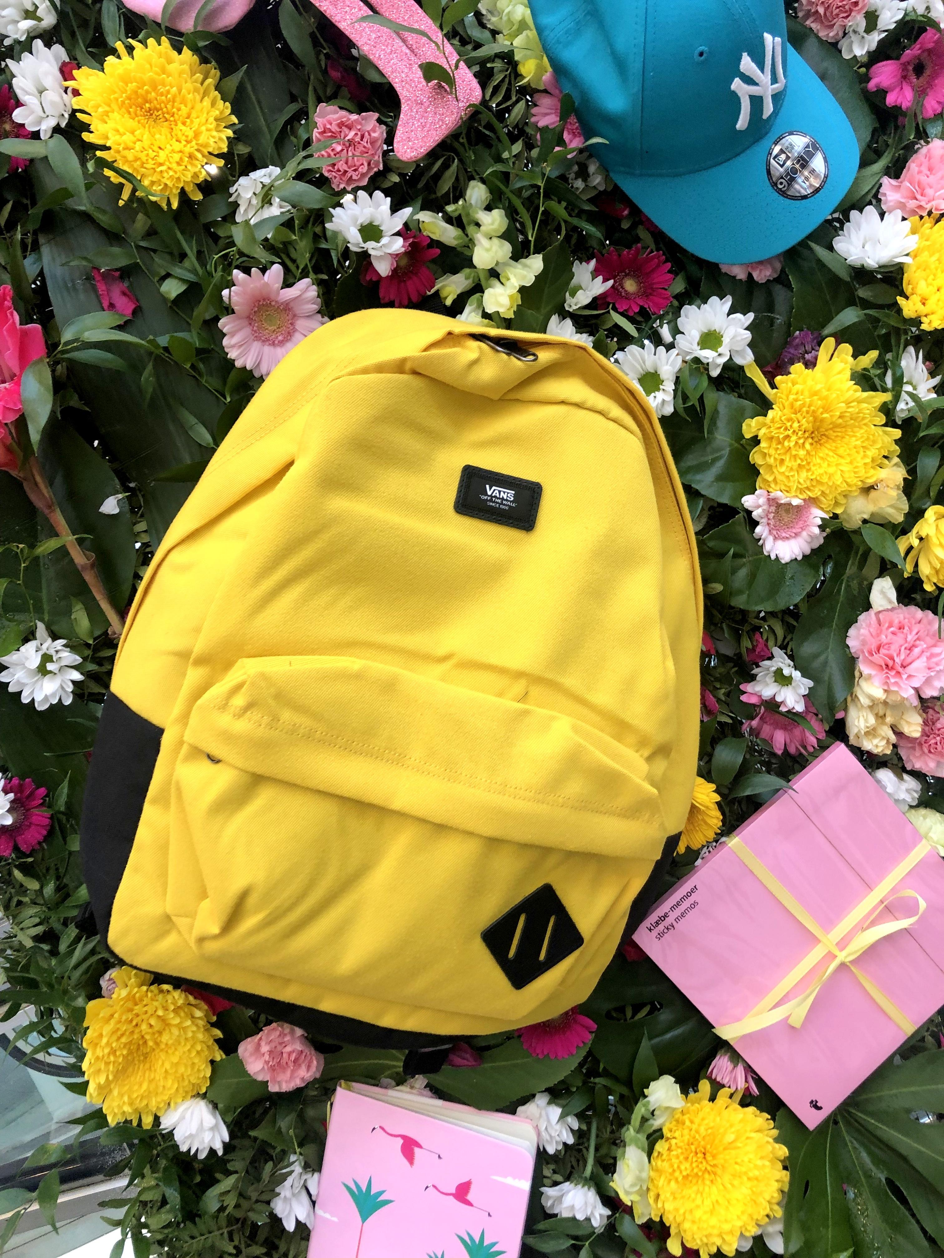 Koulun lakamisen kunniaksi kukkaseinä sai Back to school teemaisen koristelun