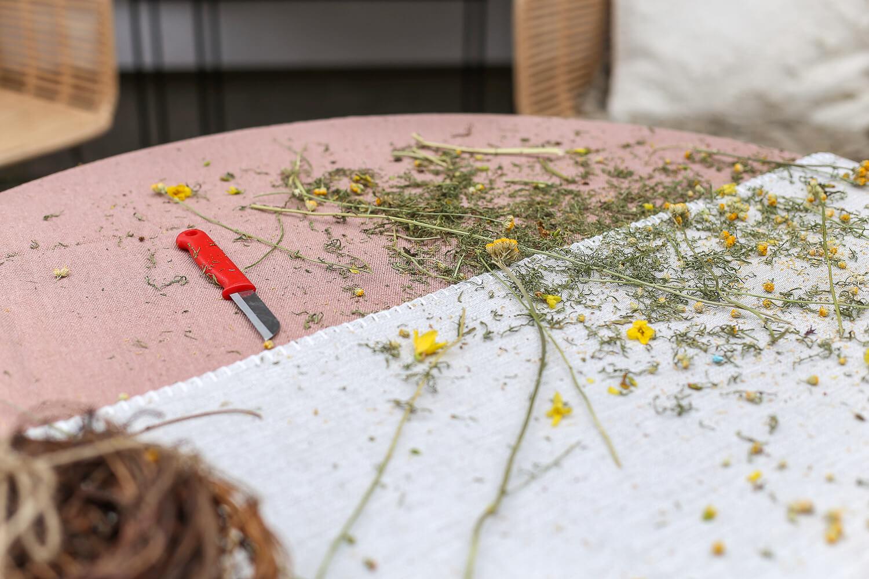 Kukkaveitsi on lyhyt ja tasateräinen. Sillä saa hyvin tehtyä imupinnat leikkokukkiin.