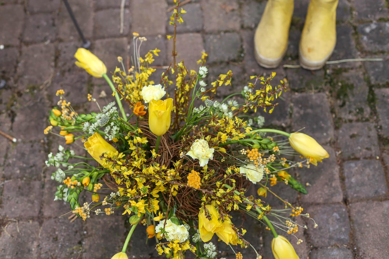 Pääsisäiskimppuun on sidottu onnenpensaan oksia, tulppaaneja, neilikoita, oranssitähdikkiä ja tähtiputkea.