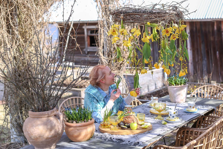 pääsiäiskahvit katetaan puutarhan pöydälle ja koristellaan roikkuvalla kukkakattokruunulla