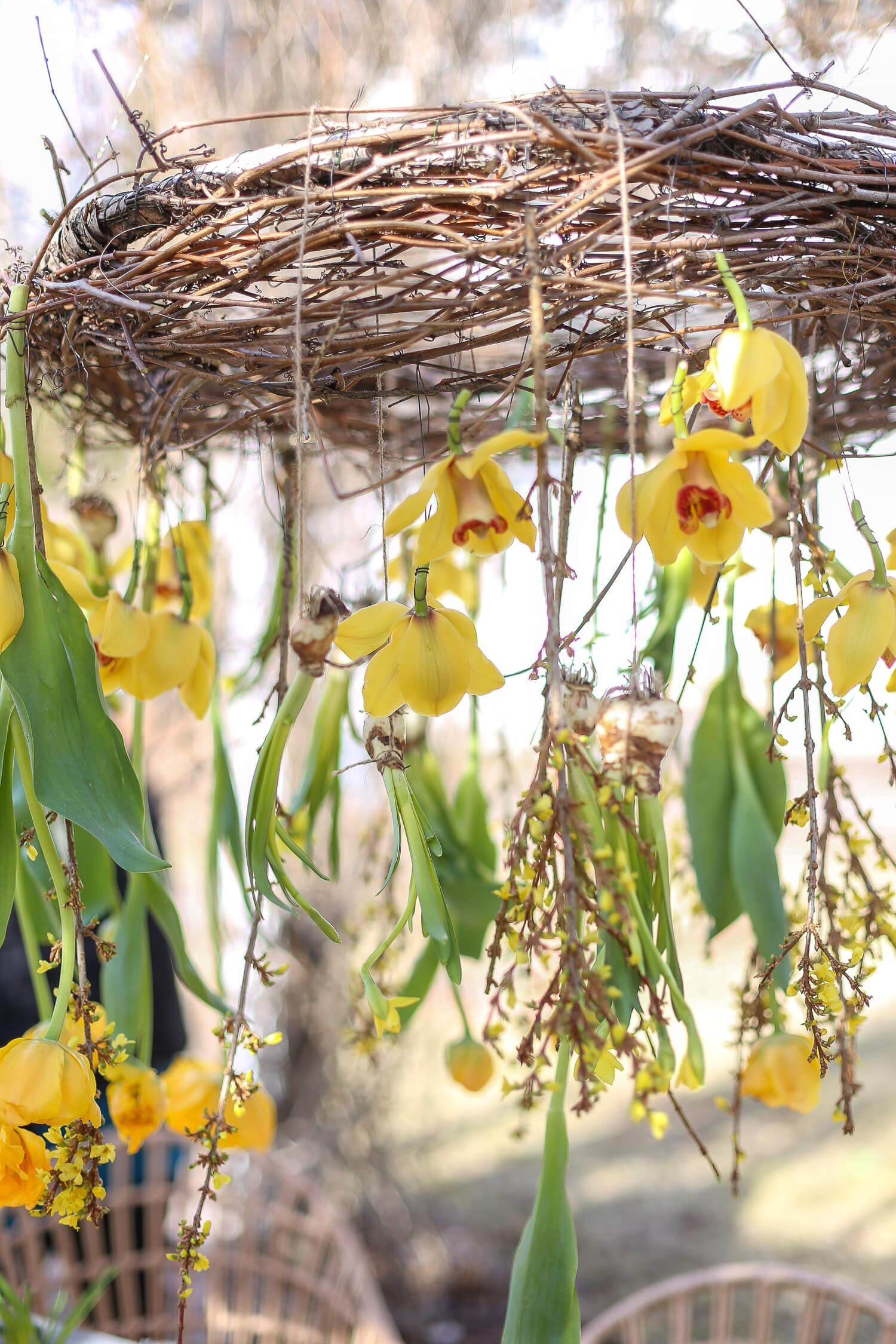 Kukkakattokruunu on tehty hulavanteesta ja villiviinin oksista.