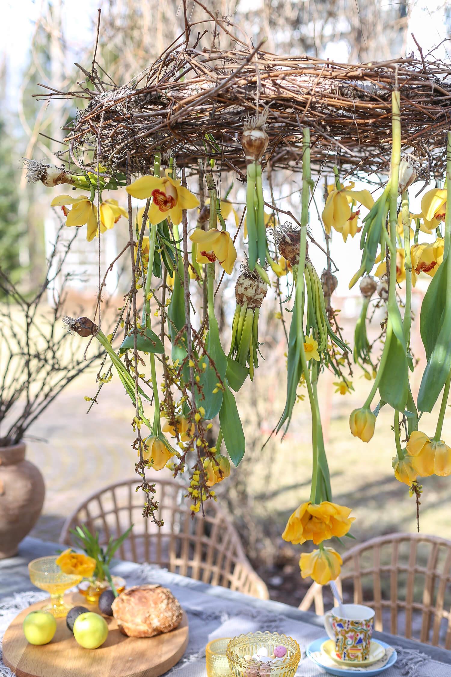 Kukkakattokruunu on kaunis pääsiäiskoriste pöydän päälle.