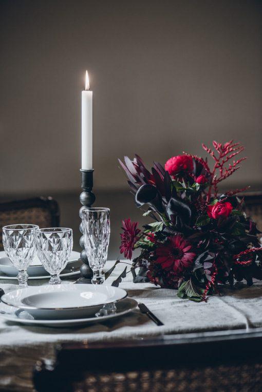 Istuvan pöydän kukka-asetelma punainen