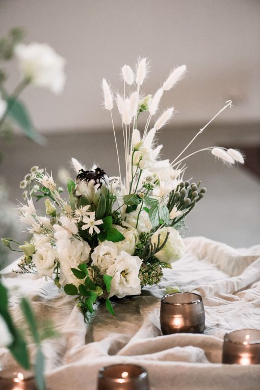 Istuvan pöydän kukka-asetelma valkoinen