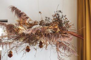 Kukkapilvi on tehty erilaisista kuivakukista ja se roikkuu katosta